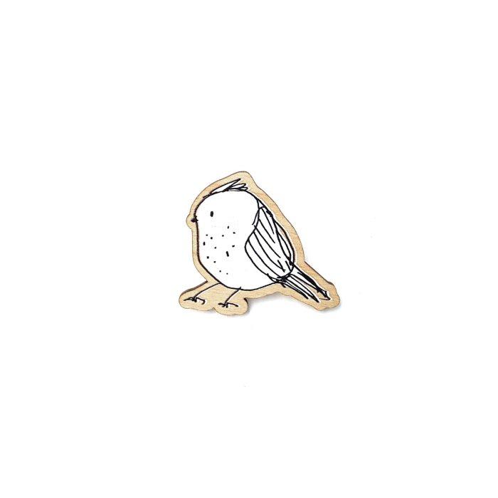 holzpin mit moderner vogel zeichnung